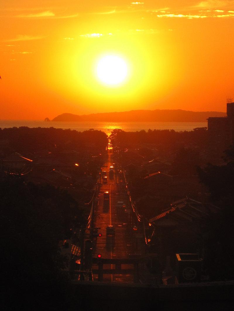 1年のうち2度、参道と沈む太陽が1直線に重なります☆