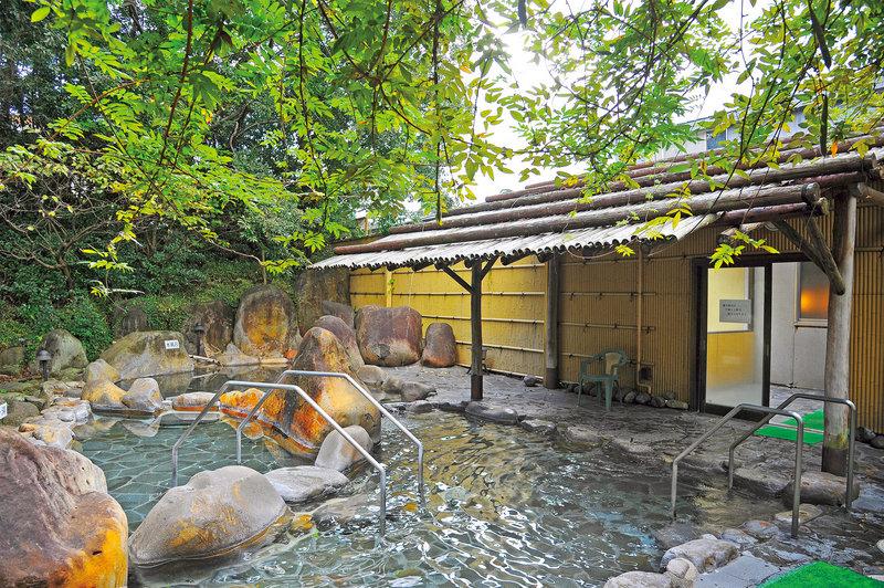 露天風呂は岩風呂で、森の中にあります!